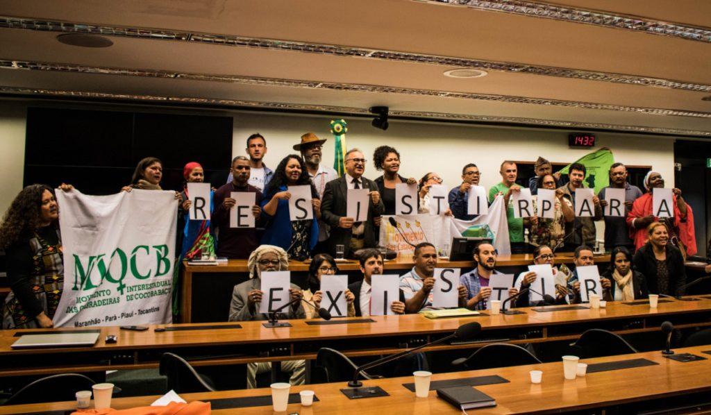 representantes de povos e comunidades tradicionais posam para foto em audiência pública no congresso nacional